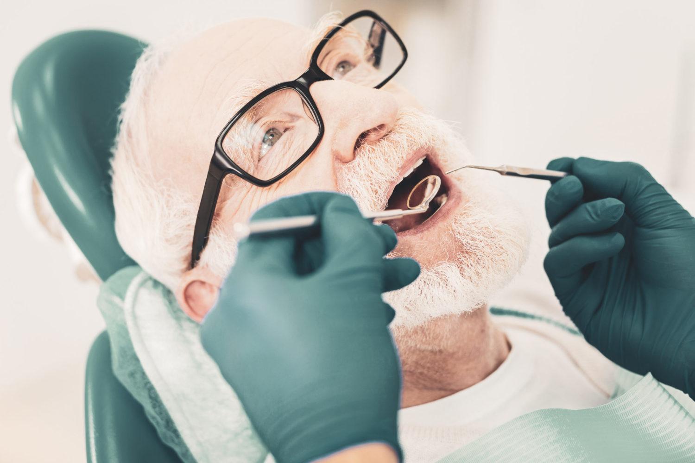 Examen bucco-dentaire d'un senior